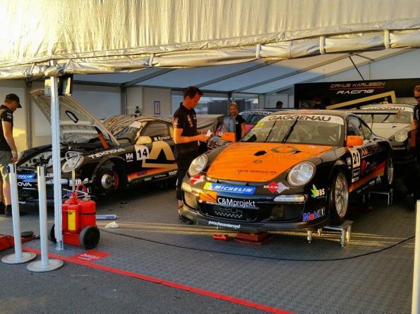 Wartungsarbeiten an den Rennwagen im Fahrerlager