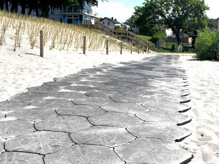 Rechtzeitig zur neuen Saison 2021 konnten im Seebad Lubmin die Strandzugänge zum Ostseestrand völlig neu gestaltet werden. Durch die stabilen Kunststoff-Wabenplatten und der einfachen und schnellen Verlegung war diese Arbeit schnell erledigt.