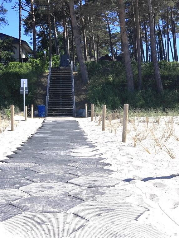 Die Wabenplatten widerstehen auch Hochwasser im Sommer und können nicht in die Ostsee geschwemmt werden, denn in Abständen  sind die Kunststoffplatten durch Erdanker gesichert.