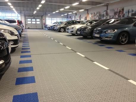 Automobil-Ausstellung auf Kunststoff Bodenbelag in optischer dargestellter Straße