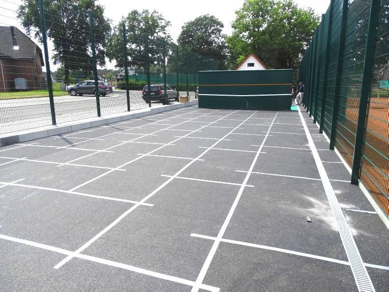 Planum Abdeckung mit an den Stößen verklebten Gummimatten für ein Tennis-Kleinspielfeld