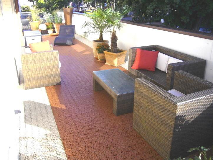 Balkon mit XL-Fliesen in den Farben Sand und Terracotta