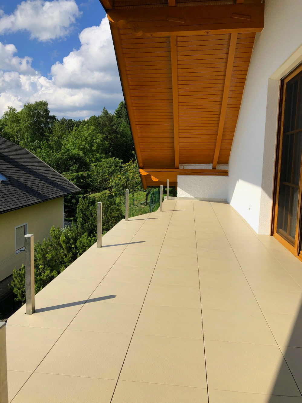 Neuer Aufbau des Giebel-Balkons mit Bodenfliesen Typ ELITE in der Farbe Sand