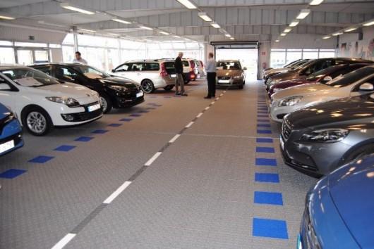Als Autohändler legen Sie in Bezug auf den Bodenbelag in Ihrer Ausstellungshalle oder Showroom besonderen Wert auf eine dekorative Optik der  Oberfläche, stabilen Bodenbelag und schnelle und eine einfache Pflege?